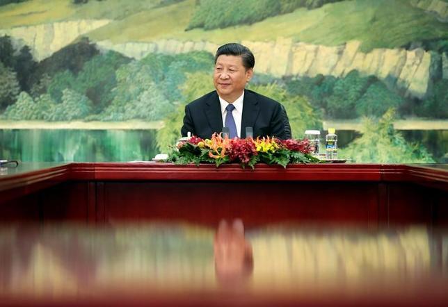 5月23日、中国政府は海外投資家への門戸をさらに拡大し、サービス業などへの投資も認める方針。習近平国家主席が議長を務める改革会議の情報として、国営テレビが伝えた。写真は19日撮影(2017年 ロイター/Jason Lee)