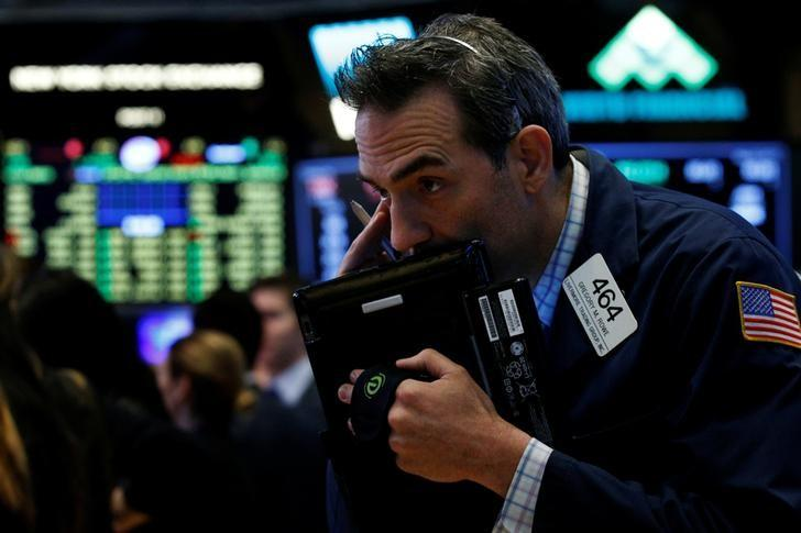 Traders work on the floor of the New York Stock Exchange (NYSE) in New York, U.S., May 22, 2017. REUTERS/Brendan McDermid/Files