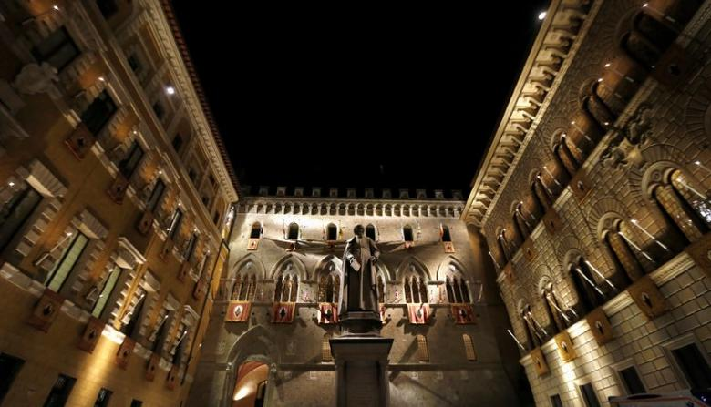FILE PHOTO:  The Monte dei Paschi bank headquarters is pictured in Siena, Italy, August 16, 2013.  REUTERS/Stefano Rellandini/File Photo