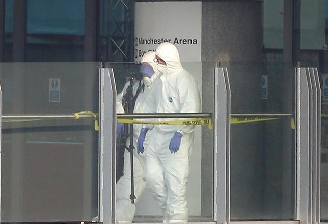 5月23日、英国マンチェスターのアリーナ付近で起きた爆発事件で「イスラム国」が犯行声明を出した。写真は現場を調べる捜査員ら。同日撮影(2017年 ロイター/Andrew Yates)