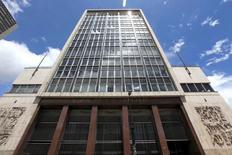 La sede del Banco Central de Colombia en Bogotá, abr 7, 2015. El Banco Central de Colombia bajaría su tasa de interés este mes 25 puntos base para estimular la recuperación de la debilitada economía, un recorte moderado frente al que se dio en abril por el repunte de las expectativas de inflación, reveló el martes un sondeo de Reuters.  REUTERS/Jose Miguel Gomez