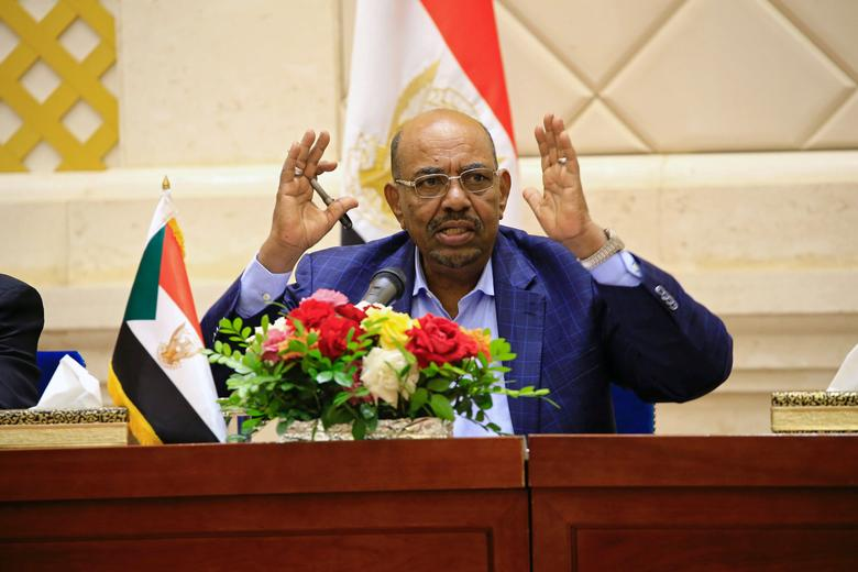 FILE PHOTO: SudanÕs President Omar Hassan al-Bashir speaks during a press conference after the oath of the prime minister and first vice president Bakri Hassan Saleh at the palace in Khartoum, Sudan March 2, 2017. REUTERS/Mohamed Nureldin Abdallah/File Photo