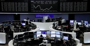 Operadores trabajando en la bolsa alemana en Fráncfort, mayo 22, 2017. Las bolsas europeas cerraron el martes con ganancias, impulsadas por un alza de las acciones de Nokia de más del 6 por ciento y por subidas en el sector bancario.   REUTERS/Staff/Remote