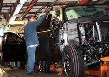 Un trabajador en una planta de General Motors en Silao, México. 25 de noviembre de 2008. Una influyente cámara automotriz de Estados Unidos dijo el martes que prefiere mantener las reglas de origen sin cambios en la renegociación del Tratado de Libre Comercio de América del Norte (TLCAN), haciéndose eco de los comentarios de su contraparte mexicana. REUTERS/Henry Romero