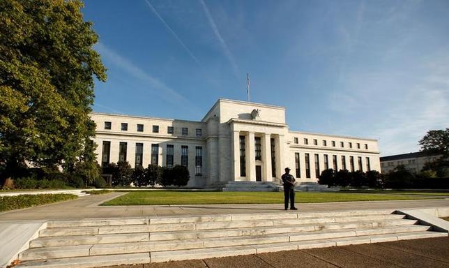 5月23日、米フィラデルフィア地区連銀のハーカー総裁は、連邦準備理事会(FRB)は債券ポートフォリオの縮小案を引き続き協議中であり、縮小に着手した後は、FRBは必要に応じてそのプロセスに「介入」できるとの考えを示した。写真はFRBのビル、ワシントンで昨年10月撮影(2017年 ロイター/Kevin Lamarque)