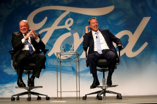 5月22日、米自動車大手フォード・モーターは、マーク・フィールズCEOが退任して自動運転車開発子会社の会長を務めるジェームズ・ハケット氏(左)が後任に就くと発表したが、低迷する株価がトップ交代を機に持ち直すかどうかは不透明だ。写真右は、ビル・フォード会長。ミシガン州で撮影(2017年 ロイター/Rebecca Cook)