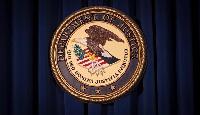 5月23日、米司法省は、カリフォルニア州に住む中国出身の女(32)が、機密の宇宙通信技術を入手し不法に中国に輸出しようとしたとして拘束されたと発表した。写真は司法省のロゴ。ニューヨークで2013年12月撮影(2017年 ロイター/Carlo Allegri)