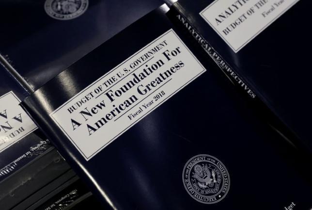 5月23日、米トランプ政権が議会に提出した2018年度(17年10月─18年9月)予算教書では、外交および対外援助予算を約3分の1削減する計画が示された。しかし、共和党議員はこれに強く反発しており、計画が承認される可能性はかなり低いとみられる。写真は米予算教書。ワシントンで撮影(2017年 ロイター/KEVIN LAMARQUE)