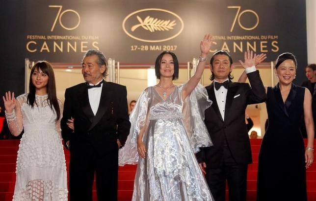 5月23日、第70回カンヌ国際映画祭で、最高賞パルムドールを争うコンペティション部門に出品されている日本の河瀬直美監督(中央)の「光」が公式上映され、レッドカーペットには河瀬監督ととともに、出演した水崎綾女、藤竜也、永瀬正敏、神野三鈴(左から右)が登場した(2017年 ロイター/Regis Duvignau)