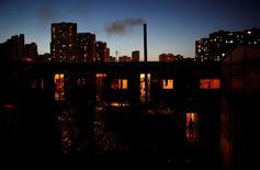 IMAGEN DE ARCHVIO: Una imigrante trabajadora de la construcción camina a su dormitorio en Shanghái, China. 12 de agosto 2013.  Las acciones chinas caían y el dólar australiano se debilitaba el miércoles después de que la agencia Moody's rebajó su calificación crediticia de China, lo que aumenta la inquietud sobre el impacto global de una ralentización del crecimiento y el aumento de la deuda en la potencia económica de Asia. REUTERS/Aly Song/File Photo