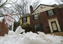 IMAGEN DE ARCHIVO: Una casa usada a la venta en Maryland, Estados Unidos. 21 de febrero 2014. Las ventas de casas usadas en Estados Unidos bajaron más de lo previsto en abril, afectadas por una escasez persistente de viviendas en el mercado que mantiene altos los precios y aleja a los potenciales compradores. REUTERS/Gary Cameron