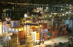 Imagen de archivo de unos contenedores apilados en el puerto de Valparaíso, Chile, mar 21, 2017. La firma chilena Sudamericana de Vapores (CSAV), controlada por el grupo local Luksic, se convirtió en el principal accionista de la quinta mayor naviera portacontenedores del mundo tras cerrarse el miércoles la fusión de Hapag-Lloyd y United Arab Shipping Company (UASC).  REUTERS/Rodrigo Garrido