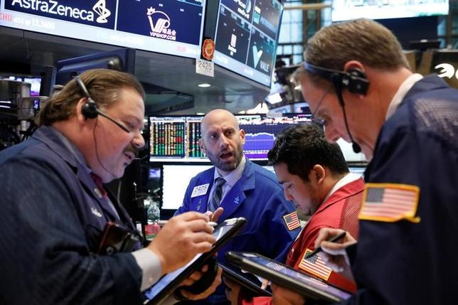 5月24日、米国株式市場は続伸し、S&P総合500種が終値で最高値を更新した。写真はNY証券取引所のトレーダー、22日撮影(2017年 ロイター/Brendan McDermid)