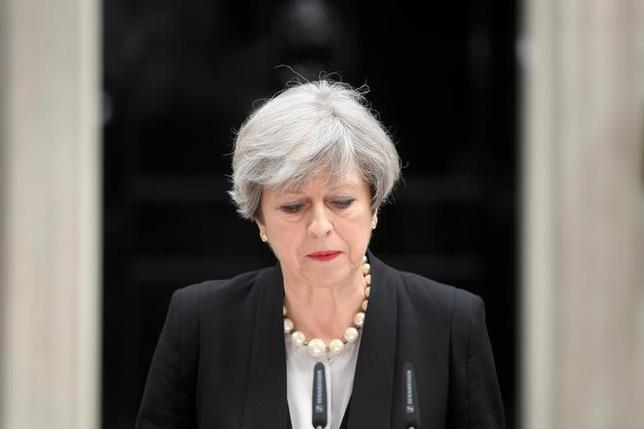 5月24日、英国のメイ首相は、同国中部マンチェスターで22人が死亡した自爆攻撃後に国内のテロ警戒レベルが引き上げられたことを受け、先進7カ国(G7)首脳会議(サミット)は初日の討議だけ出席し、帰国を前倒しする。写真はロンドンで23日撮影(2017年 ロイター/Toby Melville)
