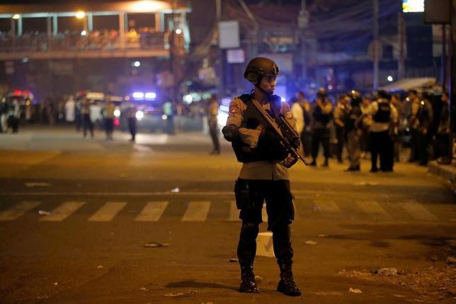 5月24日、インドネシアの首都ジャカルタで自爆攻撃とみられる爆発が2回相次いで起き、警官3人が死亡した。現場付近を警備する警官(2017年 ロイター/Darren Whiteside)