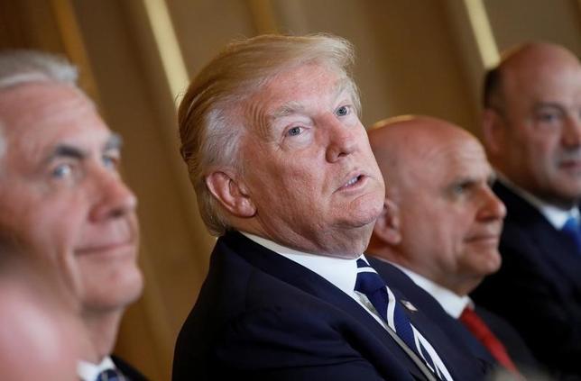 5月24日、トランプ米大統領がフィリピンのドゥテルテ大統領との間で先月行った電話会談の中で、北朝鮮の金正恩朝鮮労働党委員長について、自由にさせられない「核兵器を持った狂人」と表現していたことが分かった。訪問先のブリュッセルで撮影(2017年 ロイター/Jonathan Ernst)