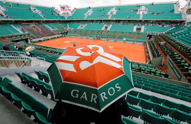 FILE PHOTO: View of the Philippe Chartrier court as spectators protect themselves from the rain with umbrella before the start of the women's quarter-final match between Sara Errani of Italy and Andrea Petkovic of Germany during the French Open tennis tournament at the Roland Garros stadium in Paris, France, June 4, 2014.    REUTERS/Jean-Paul Pelissier/File Photo