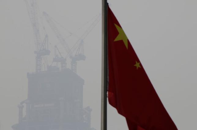5月24日、中国は国債の格下げで気を引き締めざるをえなくなる。写真は同国の国旗。北京で1月撮影(2017年 ロイター/Jason Lee)