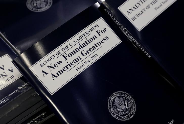 2017年5月23日,美国华盛顿,总统特朗普的预算案副本。REUTERS/Kevin Lamarque