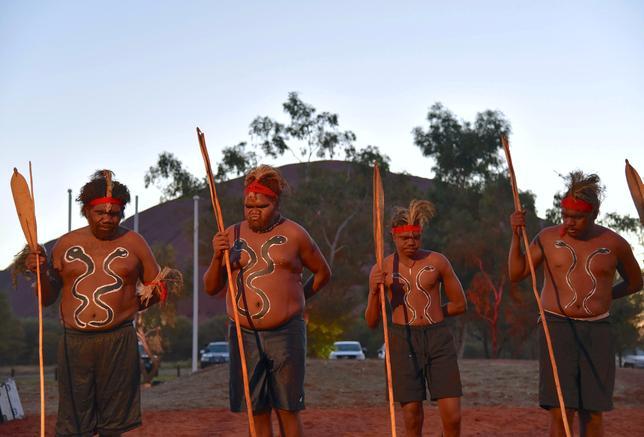 5月24日、オーストラリア先住民アボリジニの指導者らがアボリジニを憲法でどのように明記すべきか議論するため、聖地「ウルル」と呼んでいるエアーズロックに集結し、3日間にわたる会合を開催した。写真は開会式でのダンスのようす。23日撮影の提供写真(2017年 ロイター/ AAP/Lucy Hughes Jones)