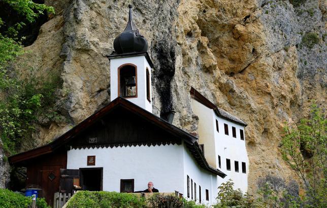 5月24日、オーストリア山岳地帯の、水道も電気も暖房設備もない修道院に住むカトリックの隠修士を募集した結果、70人の候補者から測量技師のベルギー人男性スタン・バヌイトレヒトさん(58)が選ばれ、このほど、この350年前に造られた隠遁修道院での生活を開始した。写真は22日撮影(2017年 ロイター/Leonhard Foeger)