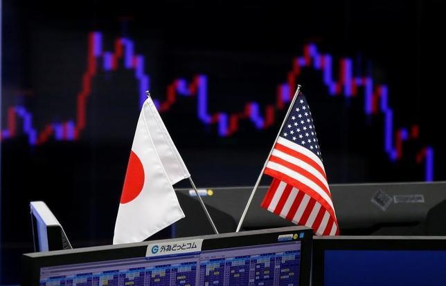 5月25日、米国では2015年12月以来、3度の利上げが実施されたが、ドル/円は約10円下落した。主因とみられているのが上がらない米長期金利だ。6月に想定される4度目の利上げが視野に入りながらも「米利上げで円安が進行」というシナリオは今のところ裏目に出ており、日本株の上値を押える要因にもなっている。写真は都内で1月撮影(2017年 ロイター/Toru Hanai)