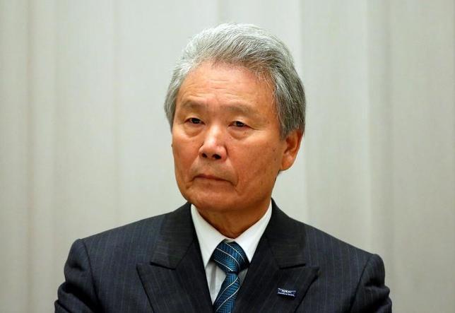 5月25日、財政制度等審議会は財政再建に向けた意見書を取りまとめ、麻生太郎財務相に提出した。審議会の榊原定征会長(写真)は同日の記者会見で、2019年10月の消費税率引き上げは「国際公約だと思っている」と強調した。2016年11月撮影(2017年 ロイター/Issei Kato)