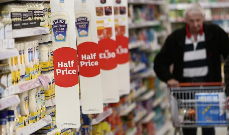 资料图片:2017年4月,伦敦,一名顾客在一家超市里购物。REUTERS/Neil Hall