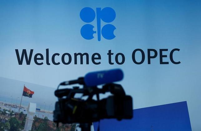 5月25日、石油輸出国機構(OPEC)は、減産を来年3月まで9カ月間延長することで合意した。ロシアなど非加盟国とも協調するとみられている。写真はウィーンのOPEC本部に設置されたテレビカメラ。24日撮影(2017年 ロイター/Leonhard Foeger)