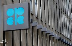El logo de OPEP es visto en Viena, Austria.  24 de mayo 2017.  La OPEP probablemente acordará prorrogar los recortes a la producción de crudo por otros nueve meses hasta marzo del 2018, dijeron el jueves cuatro delegados del grupo mientras este se prepara para una reunión ordinaria en Viena. REUTERS/Leonhard Foeger
