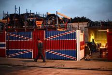 En la imagen, un hombre pasa por delante de un container en el este de Londres, 25 de enero de 2013.  La economía británica creció menos de lo previsto en los primeros tres meses de 2017 debido a que el aumento de la inflación provocado por la votación sobre el Brexit el año pasado influyó en el gasto de los hogares, mostraron el jueves cifras oficiales. REUTERS/Paul Hackett/File Photo