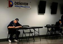 Una persona rellenando una solicitud de empleo en una feria laboral en Denver,  EEUU, feb 15, 2017.Las nuevas solicitudes de subsidios por desempleo en Estados Unidos subieron menos de lo esperado la semana pasada y el promedio móvil de cuatro semanas cayó a un mínimo de 44 años, lo que apunta a un sólido mercado laboral que puede alentar a la Fed a subir las tasas de interés el próximo mes.  REUTERS/Rick Wilking