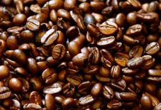 Granos de café tostado se puede ver en Viena, Austria. 4 de mayo 2017. Los futuros de cacao bajaron el jueves y ampliaron pérdidas luego de que en la sesión previa sufrieron el mayor derrumbe diario desde 2011, lo que provocó ventas técnicas, mientras que expectativas de suministros abundantes colaboraron con el tono bajista. REUTERS/Leonhard Foeger - RTS156VI