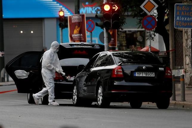 5月25日、ギリシャの首都アテネ中心部で、パパデモス元首相が乗っていた自動車(写真)の中に隠されていた爆発物が爆発し、同元首相と同乗していた2人が負傷した。(2017年 ロイター/Costas Baltas)