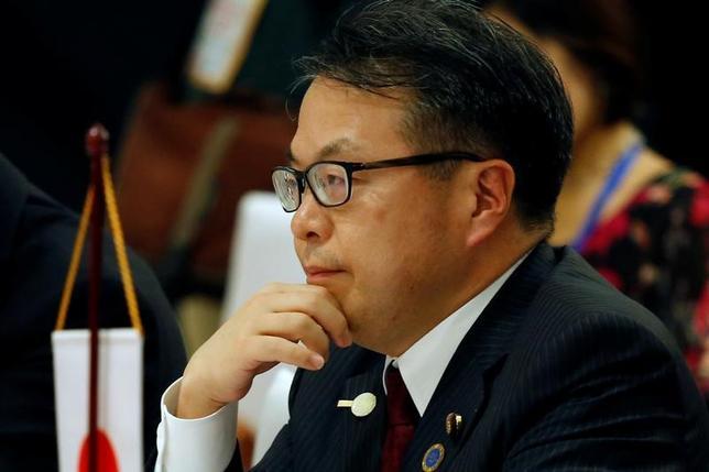 5月26日、世耕弘成経済産業相は、閣議後の会見で、東芝の半導体子会社売却をめぐる交渉について、同社と米ウェスタン・デジタルには密接にコミュニケーションをとることを期待すると述べた。ハノイで22日撮影(2017年 ロイター/Kham)