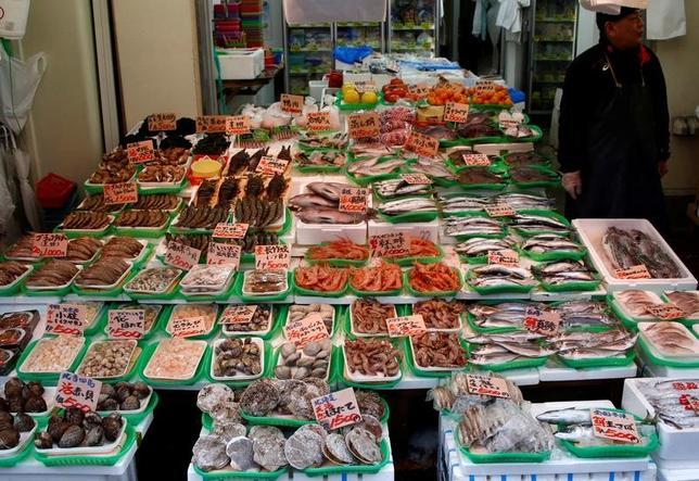 5月26日、4月の全国消費者物価指数は、生鮮食品を除いた指数(コアCPI)が前年比0.3%上昇しプラス幅が3月の0.2から拡大、2015年4月以来2年ぶりの上昇率となった。都内で1月撮影(2017年 ロイター/Kim Kyung-Hoon)