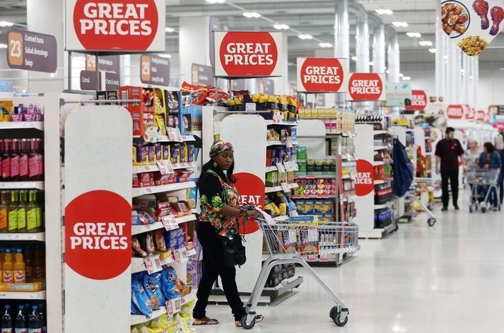 资料图片:2017年4月,伦敦,一名顾客推着购物车在一家超市内选购商品。REUTERS/Neil Hall