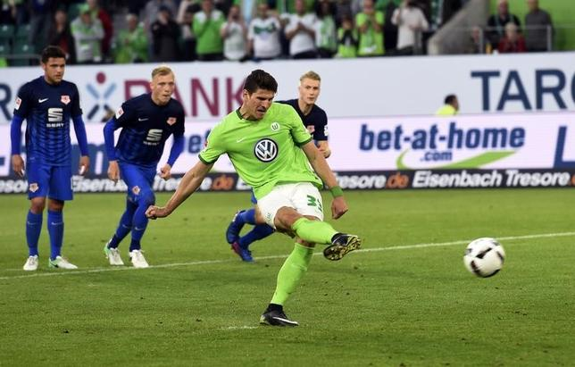 5月25日、サッカーのドイツ1部、ブンデスリーガのウォルフスブルクは、ホームで1部2部入れ替え戦に臨み、2部で3位のブラウンシュバイクに1─0で先勝した。写真はマリオ・ゴメスがPKを決めたシーン(2017年 ロイター)