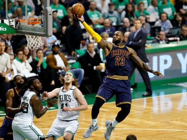 5月25日、米プロバスケットボール協会(NBA)、プレーオフカンファレンス決勝(7回戦制)、東カンファレンス2位のキャバリアーズが同1位のセルティックスを135─102で下し、4勝1敗で3年連続のファイナル進出を決めた。写真右は7年連続ファイナル進出となったレブロン・ジェームズ(2017年 ロイター/Greg M. Cooper-USA TODAY Sports)