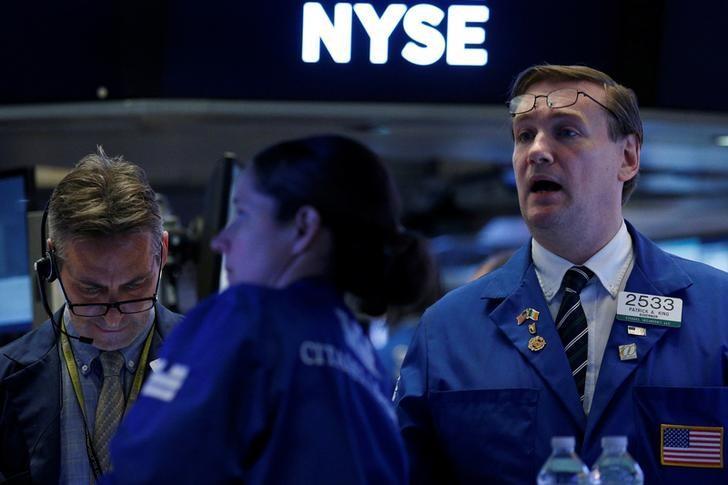 Traders work on the floor of the New York Stock Exchange (NYSE) in New York, U.S., May 17, 2017. REUTERS/Brendan McDermid