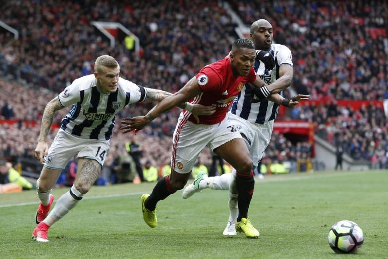Britain Soccer Football - Manchester United v West Bromwich Albion - Premier League - Old Trafford - 1/4/17 Manchester United's Antonio Valencia in action with West Bromwich Albion's James McClean (L) and Allan Nyom  Reuters / Andrew Yates Livepic