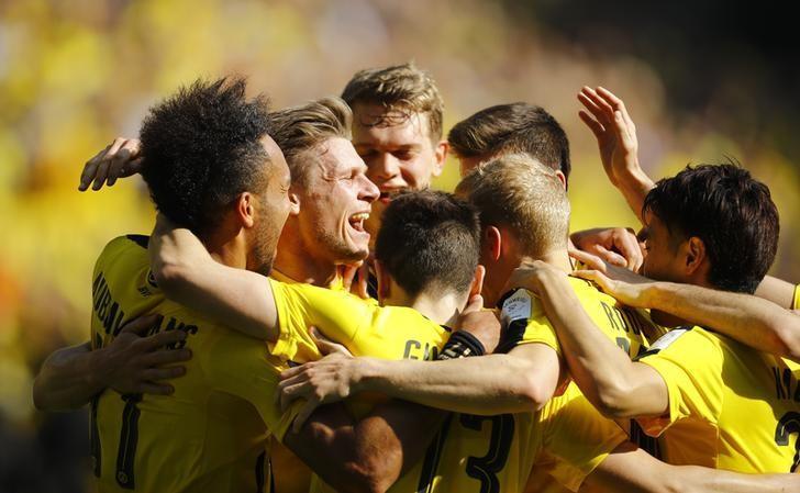 Soccer Football - Borussia Dortmund v Hoffenheim - Bundesliga - Signal Iduna Park, Dortmund, Germany - 6/5/17 Borussia Dortmund's Pierre-Emerick Aubameyang celebrates scoring their second goal with team mates Reuters / Leon Kuegeler/ Livepic/ Files