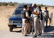 أفراد من قوات الأمن يقفون بالقرب من موقع هجوم على أقباط في المنيا بمصر يوم الجمعة. تصوير: محمد عبد الغني - رويترز