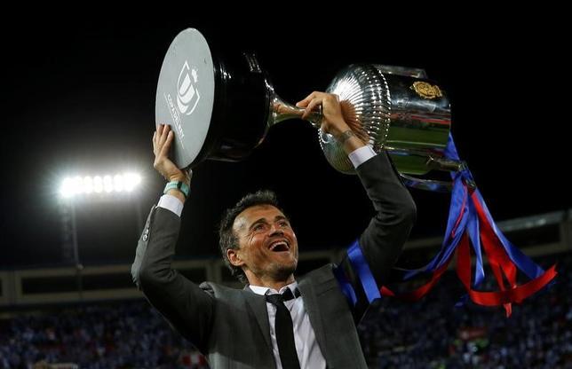 5月27日、サッカーのスペイン国王杯決勝、バルセロナがアラベスを3─1で下して優勝。今季限りで退任するルイスエンリケ監督(写真)の花道を3連覇で飾った(2017年 ロイター/Susana Vera)