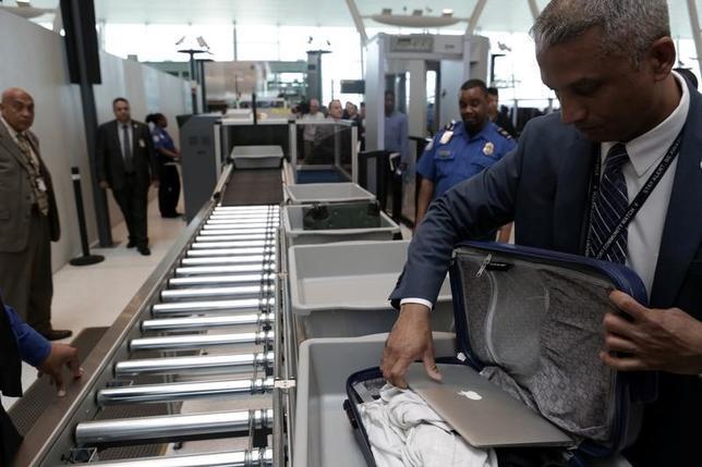 5月28日、米国土安全保障省のケリー長官はテレビ番組で、今後米国から発着するすべての航空便についてノートパソコンの客室内持ち込みを禁止する可能性があるとの見方を示した。写真はニューヨークのジョン・F・ケネディ空港で5月17日撮影(2017年 ロイター/Joe Penney)