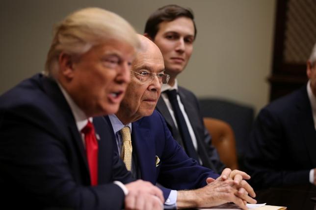 5月28日、トランプ米大統領(写真左)は、大統領就任前に娘婿であるクシュナー上級顧問(同右)がロシア政府と秘密回線を設置しようとしていたとの一部報道について、「偽ニュース」だとメディアを非難し、ホワイトハウスからのリークではないと強調した。撮影(2017年 ロイター/Carlos Barria)