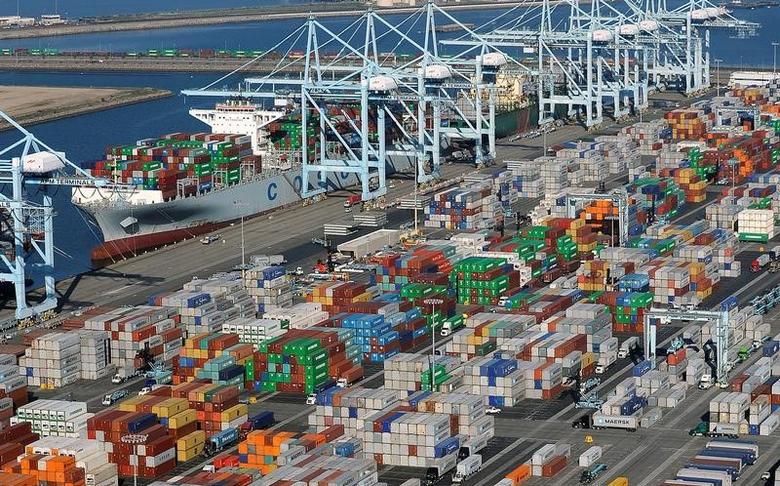 资料图片:美国加州洛杉矶和长滩港口的集装箱。REUTERS/Bob Riha, Jr.