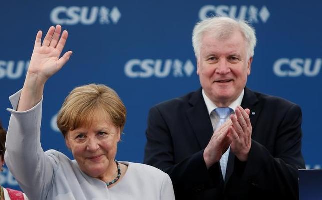 5月28日、ドイツのメルケル首相(左)は、G7首脳会議の終了後、欧州が同盟国だけに依存することはできないと述べた。写真はミュンヘンで28日撮影(2017年 ロイター/Michaela Rehle)