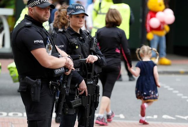 5月28日、ラッド英内相は28日、22人の死者を出したマンチェスターでの自爆攻撃に関し、アベディ容疑者のネットワーク構成員は依然として逃走中である可能性が高いと述べた。写真はマンチェスターで28日撮影(2017年 ロイター/Phil Noble)