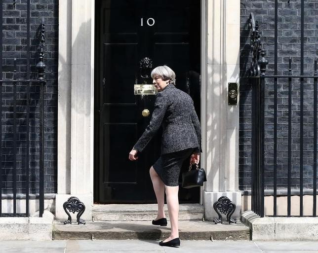5月28日、マンチェスターの自爆事件後に行われた英総選挙に関する各社の世論調査によると、メイ首相(写真)率いる与党・保守党と野党・労働党の支持率の差が大幅に縮まり、地滑り的勝利は難しいとの見方が出ている。写真はロンドンで25日撮影(2017年 ロイター/Neil Hall)